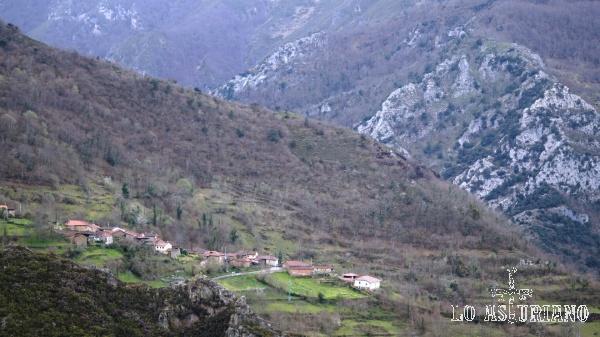 Villaux (Villaús en asturiano), que pertenece a la parroquia de Somiedo, de La Riera.