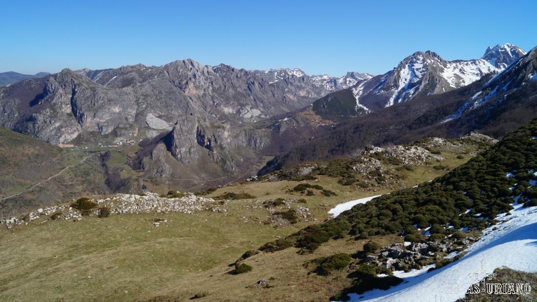 El valle del Sousas en primer término y al fondo, el valle del río Valle. En este segundo la ruta más famosa es la del Lago del Valle.