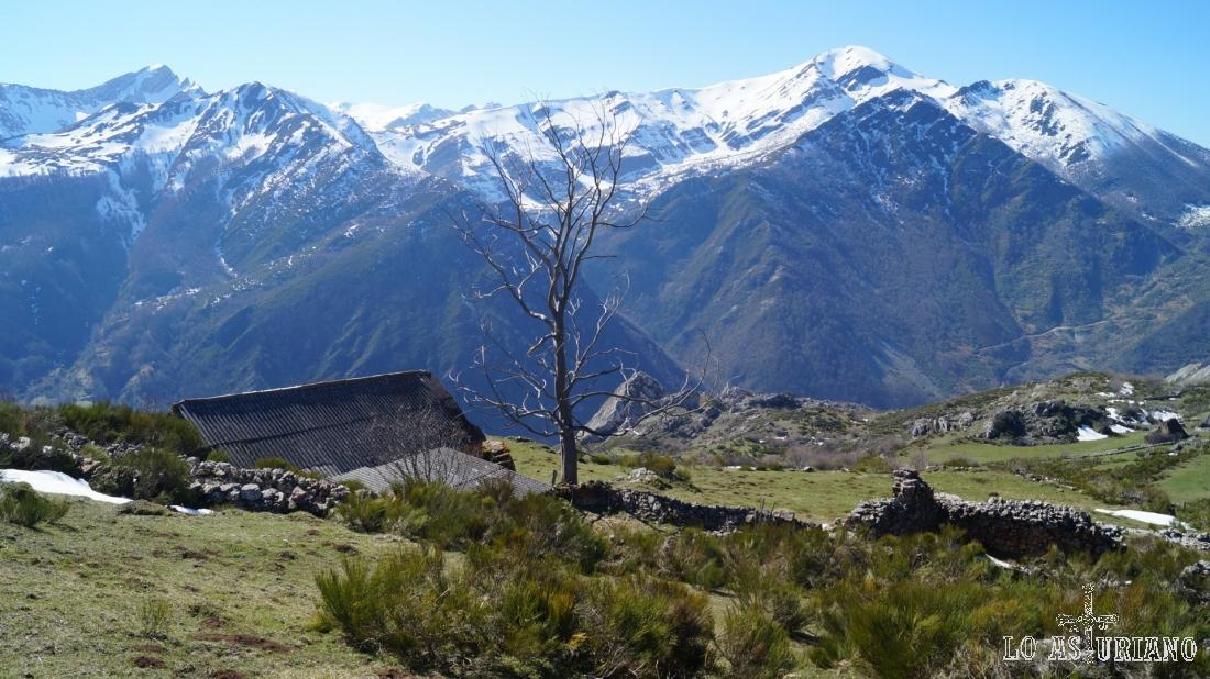 El skyline nevado de la zona alta del valle del río Somiedo.