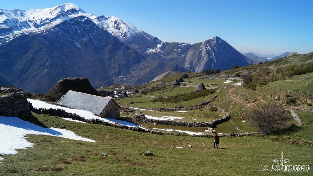 Sensacional el Mocosu, dominando la otra margen del valle.