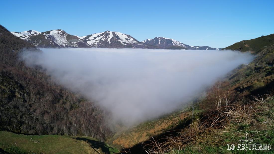 Fantástica imagen de como la niebla domina con suavidad y delicadeza matemática el valle.