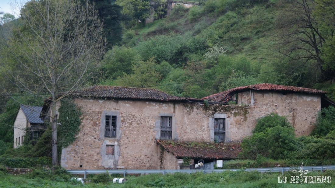 Pasamos por el palacio de Valdecarzana y tomamos la Senda del Oso.
