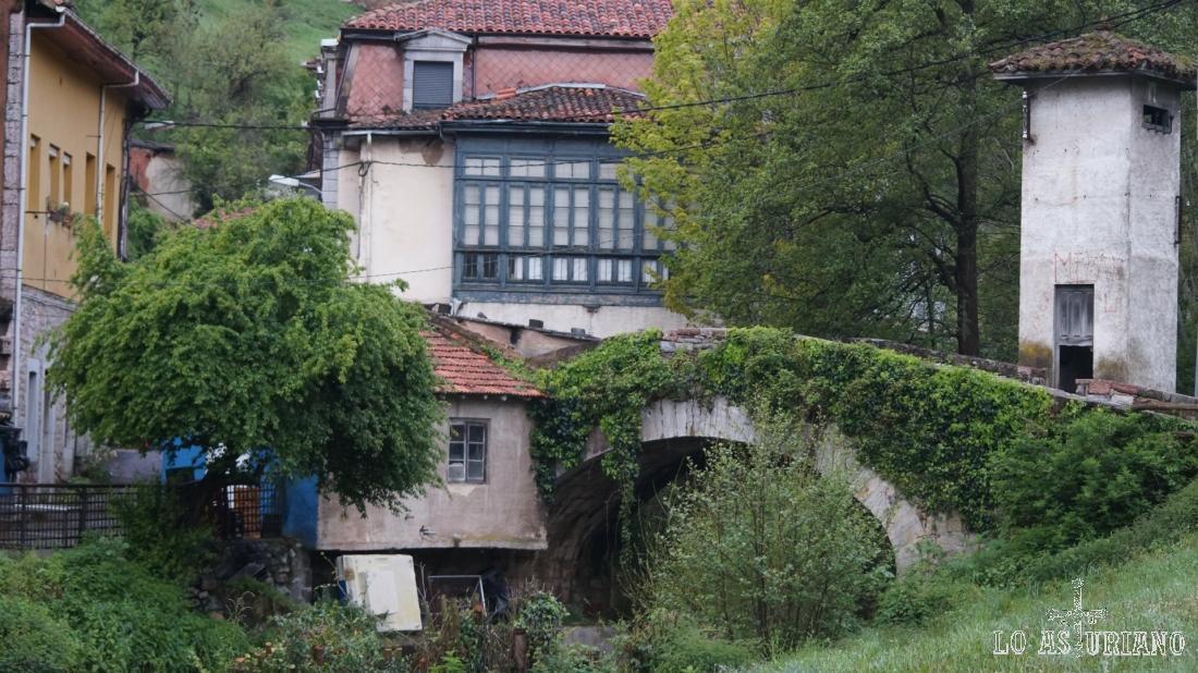 Puente sobre el Valdecarzana en Teverga, que va quedando atrás.