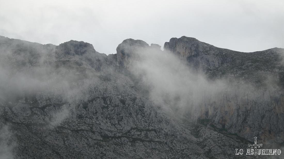 Nieblas mañaneras en la peña de Sobia.