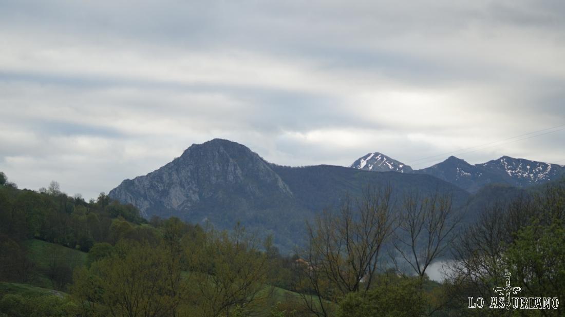 El pico Vigueras en primer término y al fondo, la Ferreirúa, la mayor cima de Teverga.
