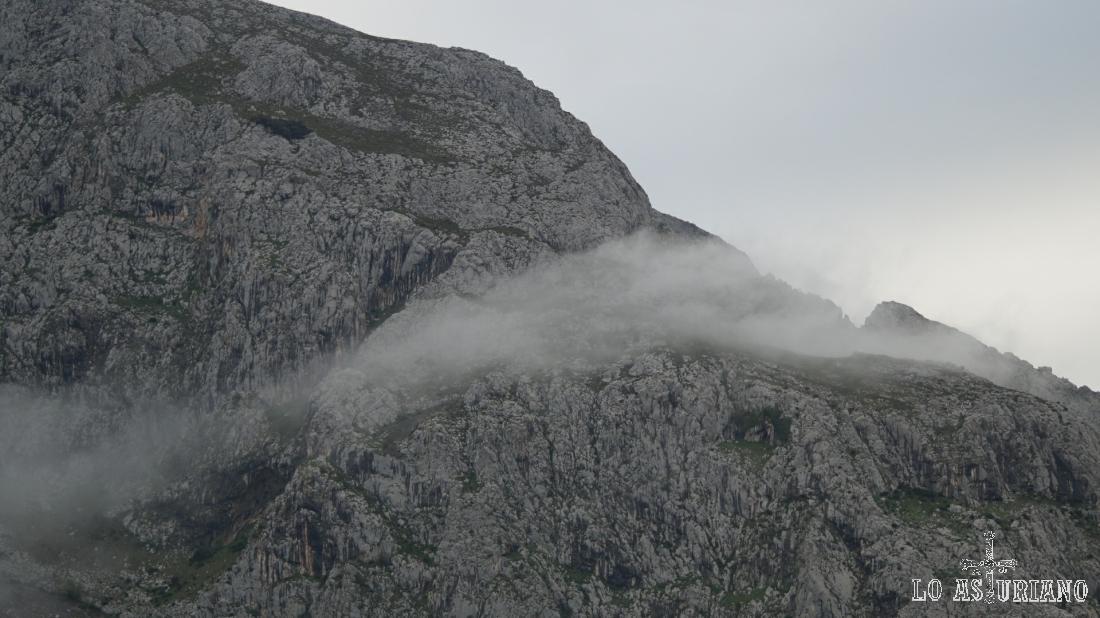 Nieblas leves y puntuales en la sierra de Gradura.