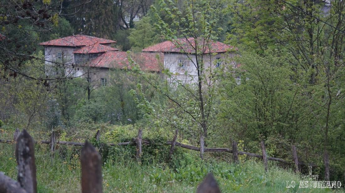Tenemos vistas del palacio de los Condes de Agüera, que está junto a la carretera.