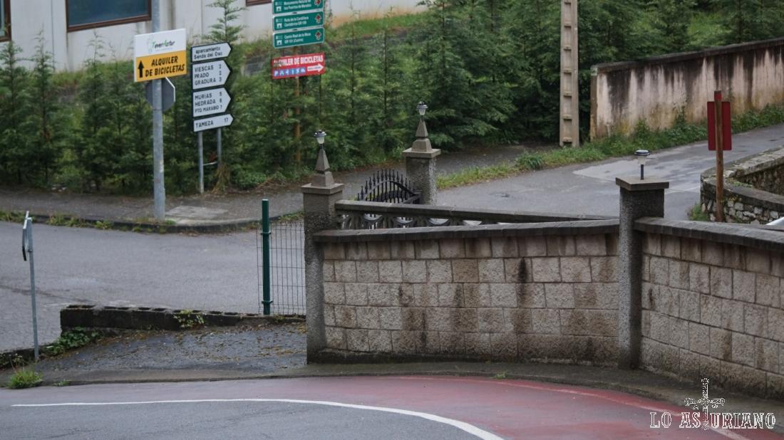 Bajamos por la calle de entrada y seguiremos por la pista de arriba a la derecha (en la foto).