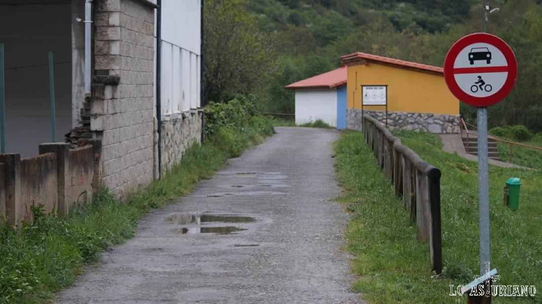 Por detrás del parking de Entrago, seguimos la pista de la senda del oso.