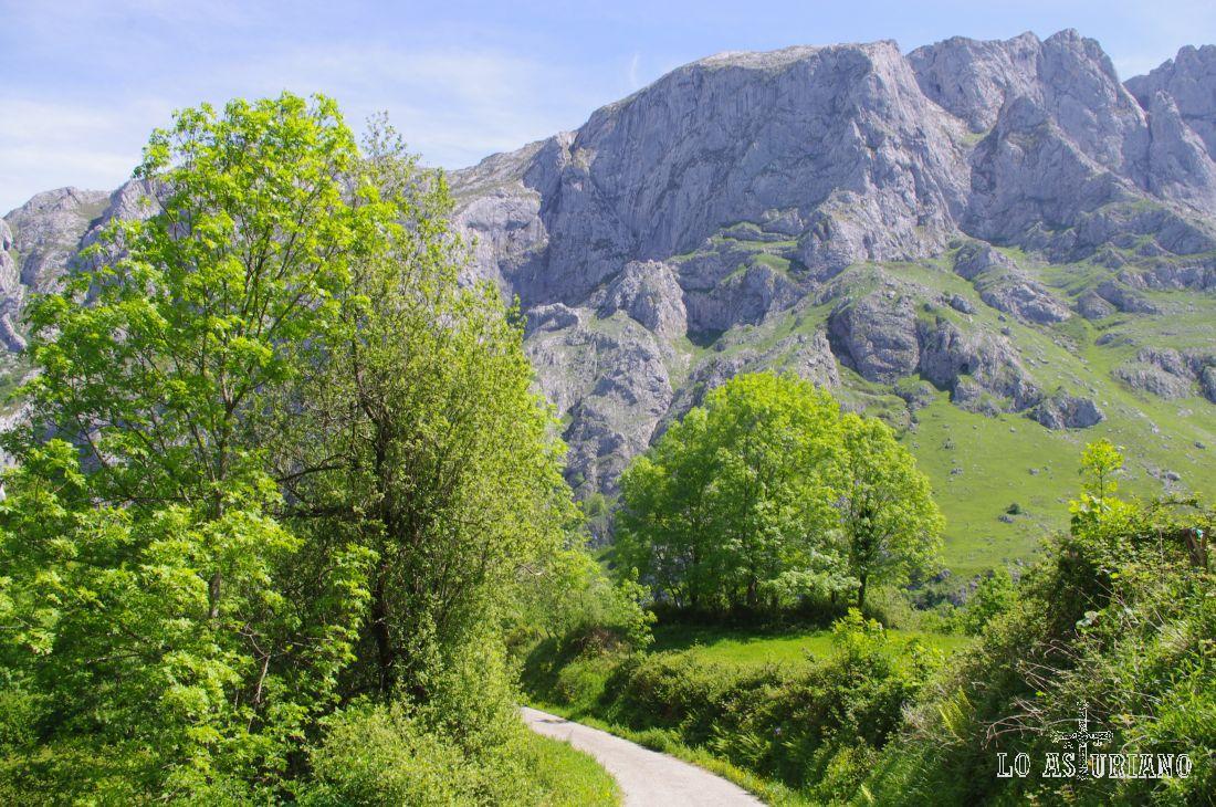 En la ruta a la presa de la Jocica, atravesarás el formidable valle de Angón, digno de ser visitado, sobretodo en primavera.