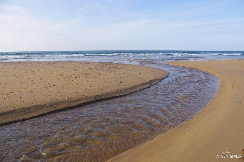 El río Espasa en la playa del mismo nombre. La orilla de la derecha es Caravia y la izquierda Colunga. Es una playa muy accesible, con espacio para caravanas y zonas para comer o niños.