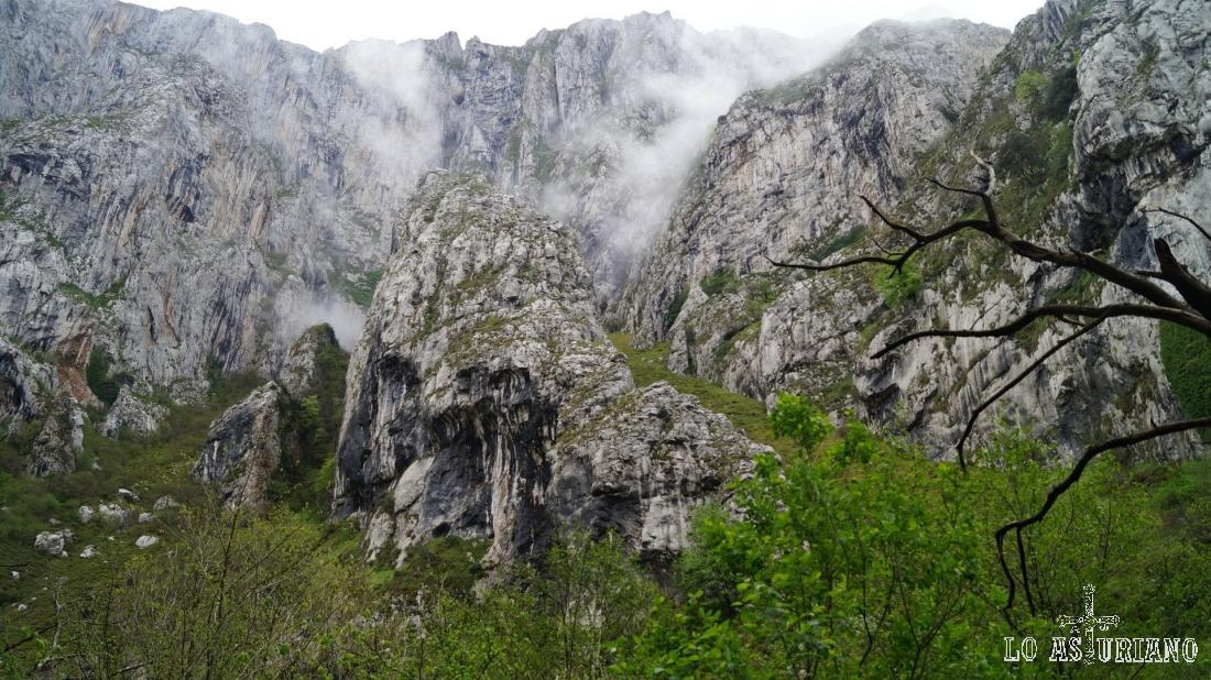 La niebla sobrevive en las cimas de la sierra de Sobia, a primera hora de la mañana.