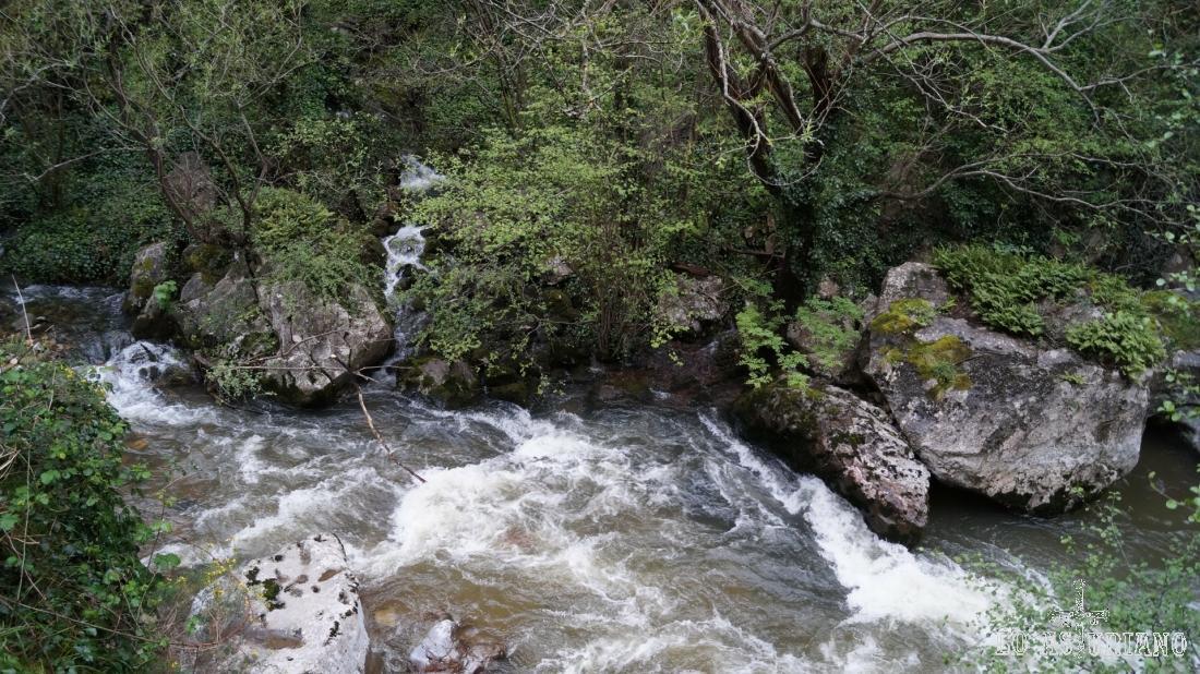 El río Teverga baja con fuerza: es época de deshielo.