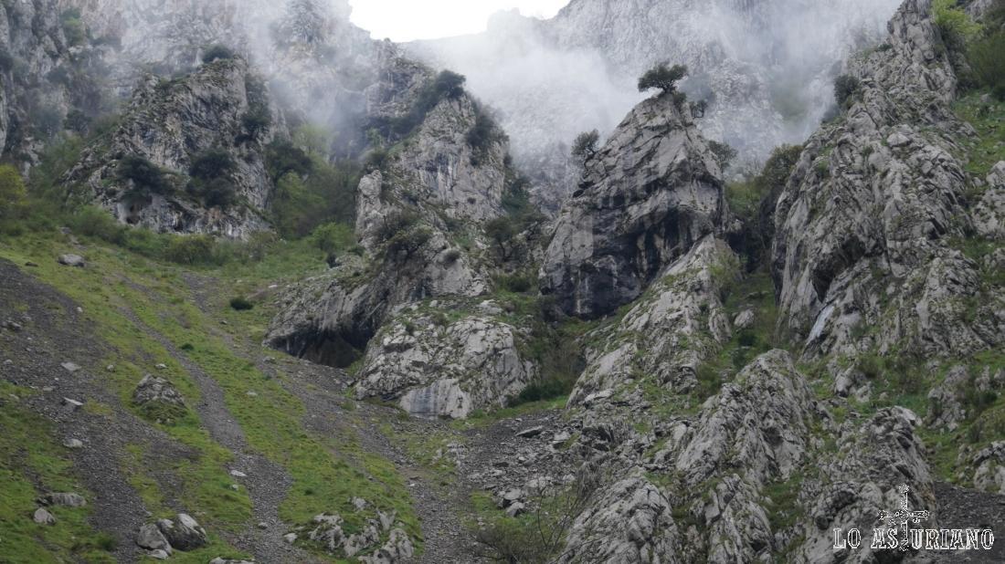 Espectaculares laderas rocosas en esta zona del desfiladero.