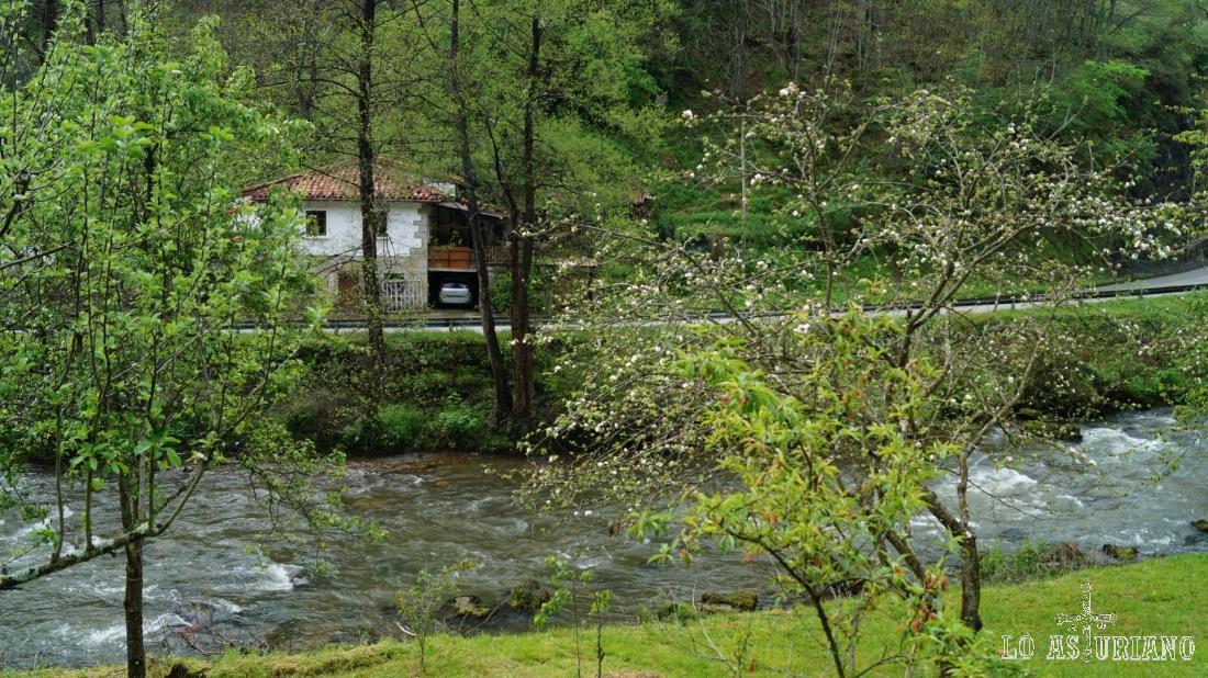 Las casas de Las Ventas y el río Teverga, van quedando abajo.