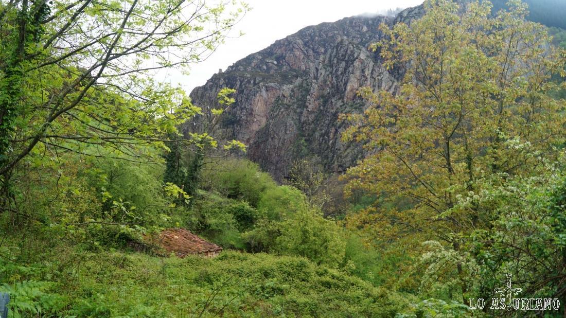 El rocoso y bonito monte Cárcava, al frente nuestro.