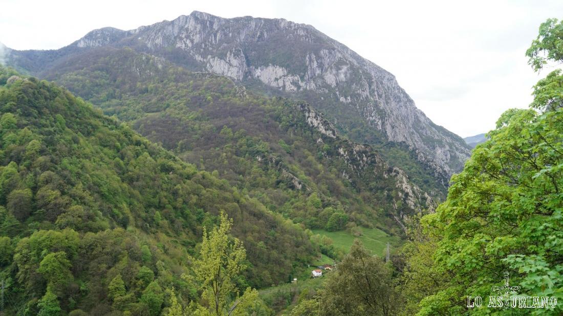 La sierra de Sobia, y abajo, ya muy pequeñito: Las Ventas, desde donde hemos subido.