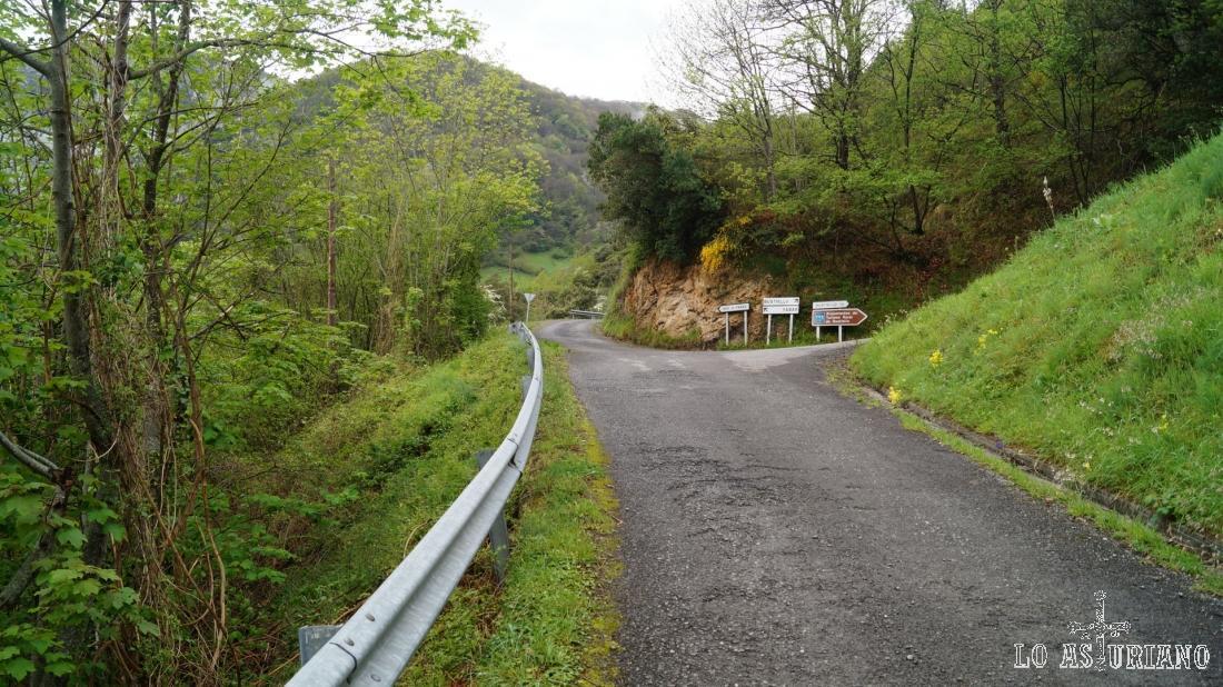 Este es el desvío hacia Bustiello; nosotros seguimos recto.