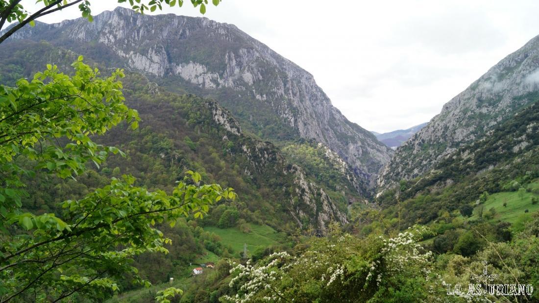 El desfiladero de Valdecereizales, desde la carretera a Fabar.