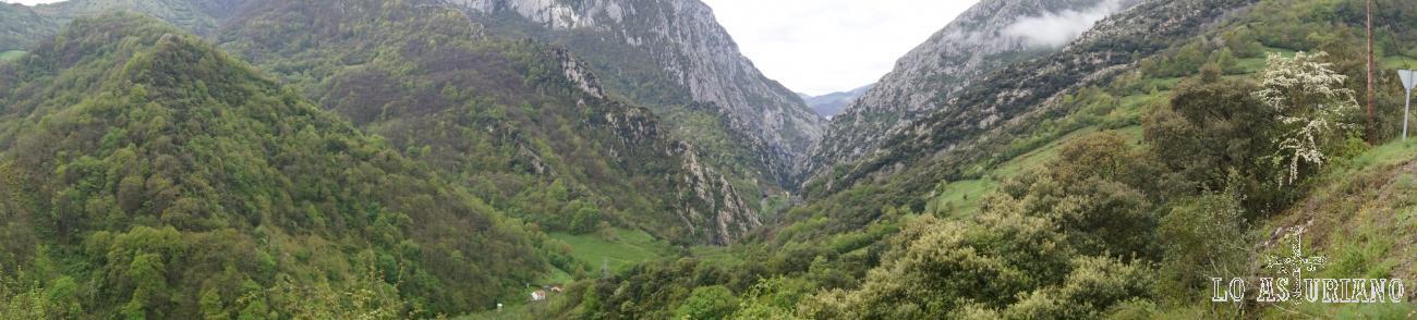 Panorámica del desfiladero de Valdecereizales, en el valle del río Teverga, desde la iglesia de Fabar.