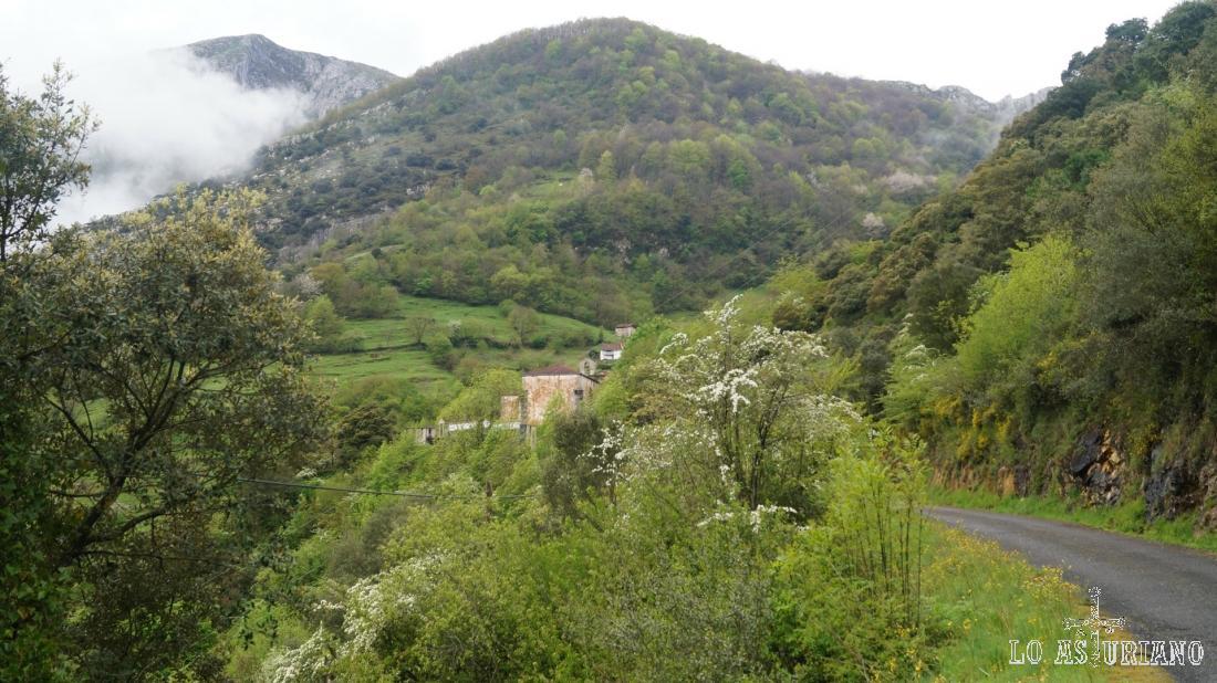 El cementerio de Fabar y la sierra de Peña Gradura.