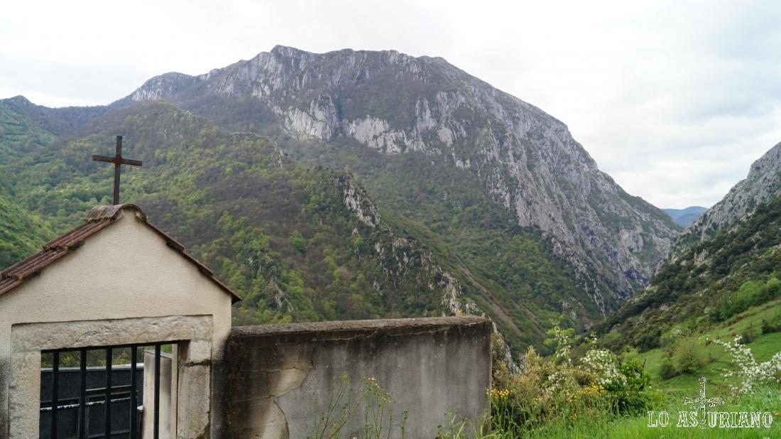 La sierra de Sobia desde el cementerio de Fabar.