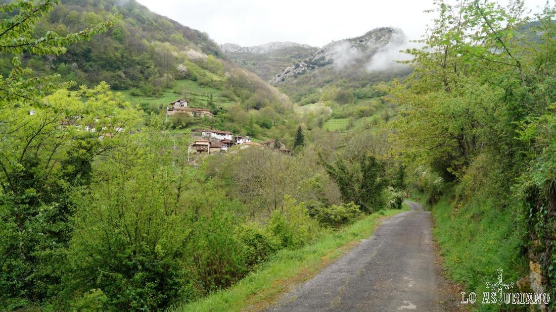 Esta es la carreterina que sube a Fabar. No la tomaremos, nos quedamos descansando junto a la iglesia.