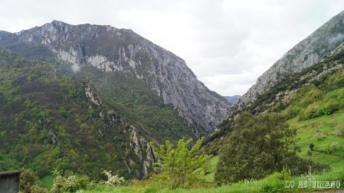 Desde esta iglesia de Fabar, hay años que se uede ver algún oso en las laderas rocosas del entorno.