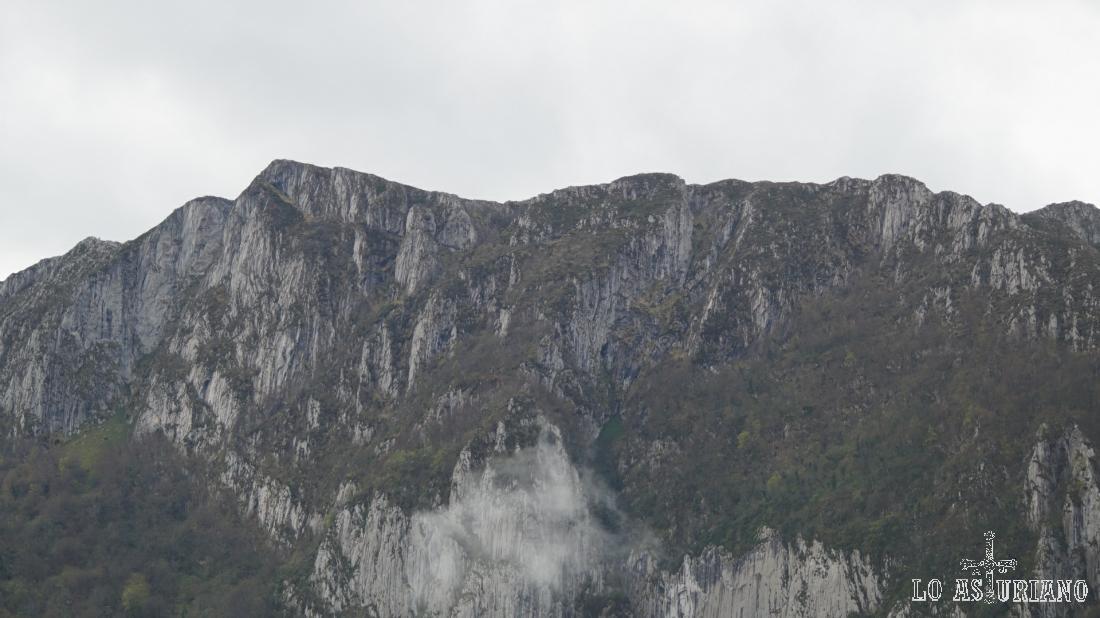 Las laderas rocosas adyacentes.