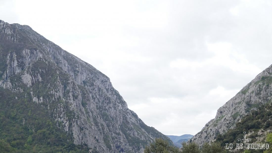 """La """"v"""" del desfiladero, entre las laderas de Sobia y Peña Gradura."""