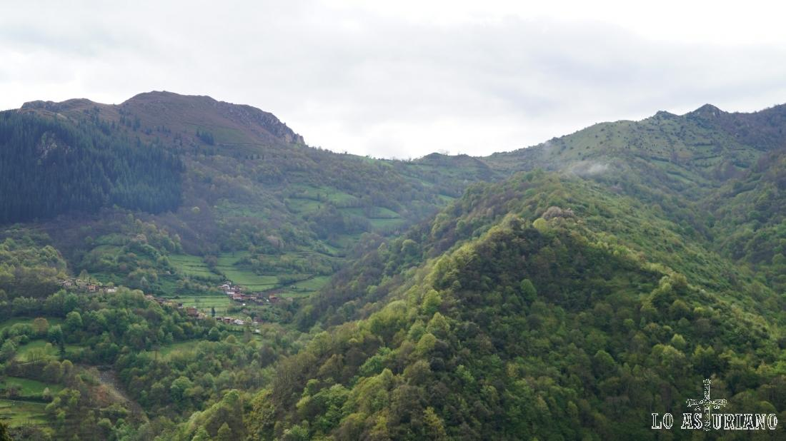 Santa María de Teverga, rodeada de valles y bosques.