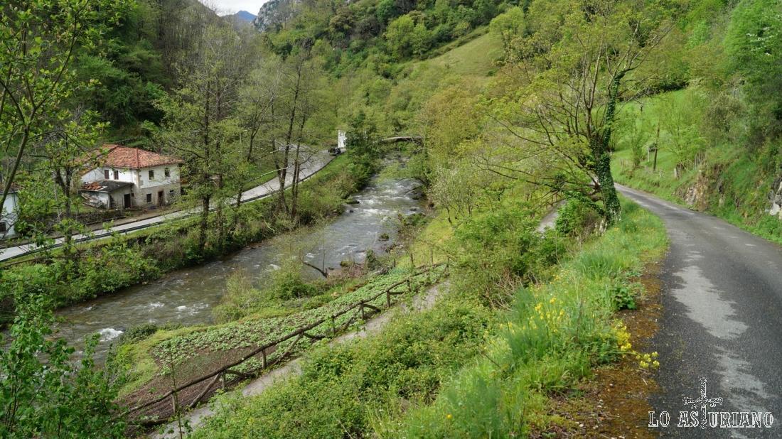 Las Ventas, junto a la nacional, el río Teverga, la senda del oso y la carreterina que baja de Fabar.