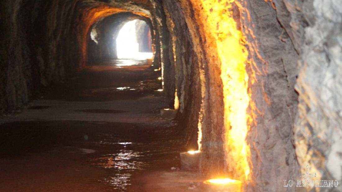 Hay unos foquitos, que dan un poco de luz al túnel.
