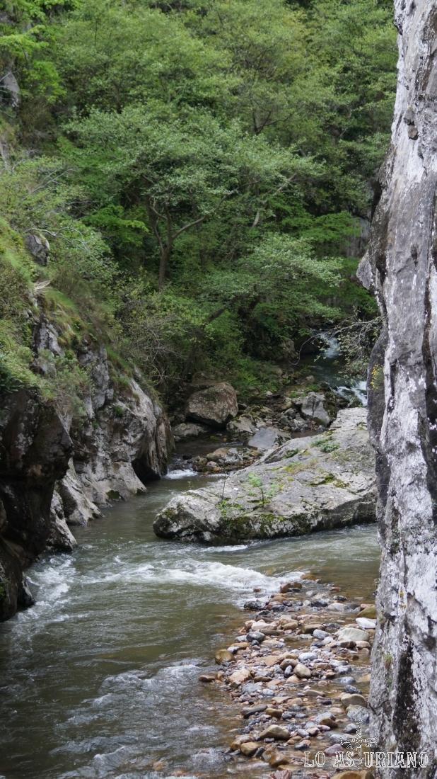 De nuevo el río, entrando (en realidad el agua sale del mismo) ya en el desfiladero.