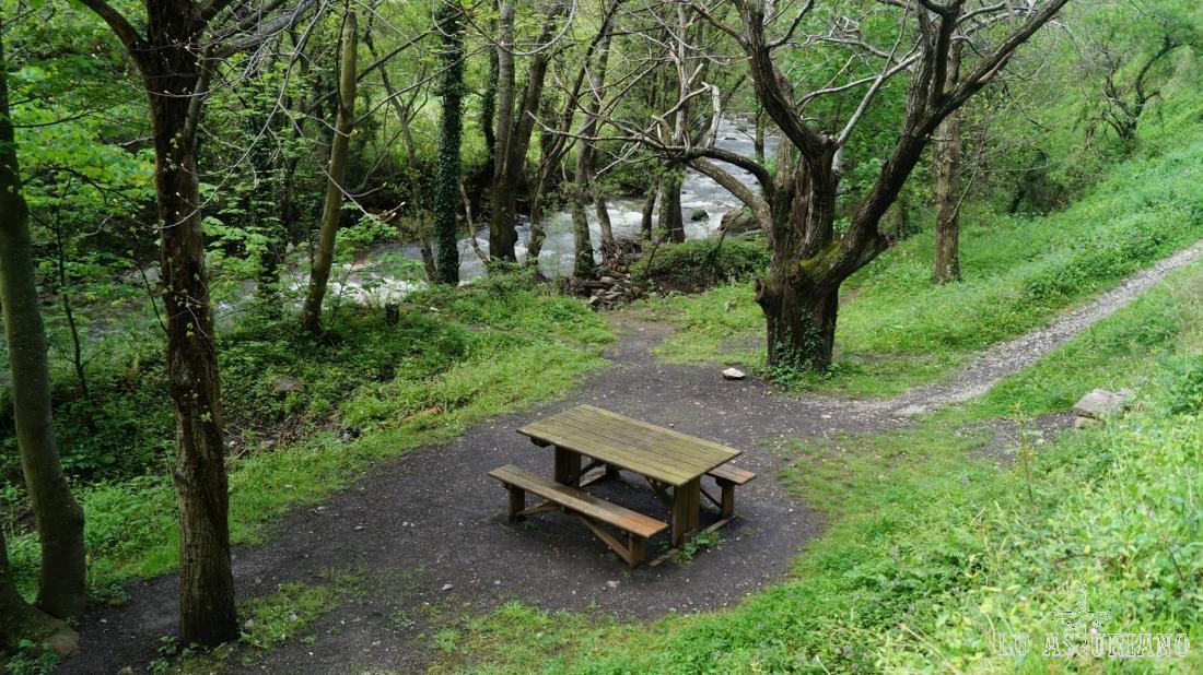 Zona de descanso al lado del río Teverga.