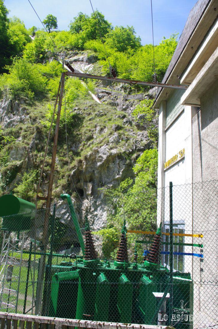 Central eléctrica del Restaño, que produce electricidad de las aguas del río Dobra.