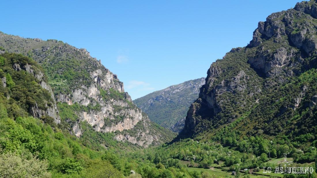 A la derecha, las laderas del Gurugú, bajo las cuales está el embalse de la Malva.