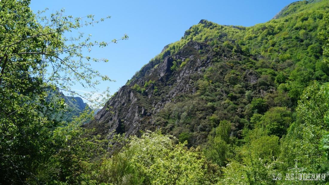 Sobre Pola de Somiedo, se encuentra la característica Peña Vera, de 1277 m.