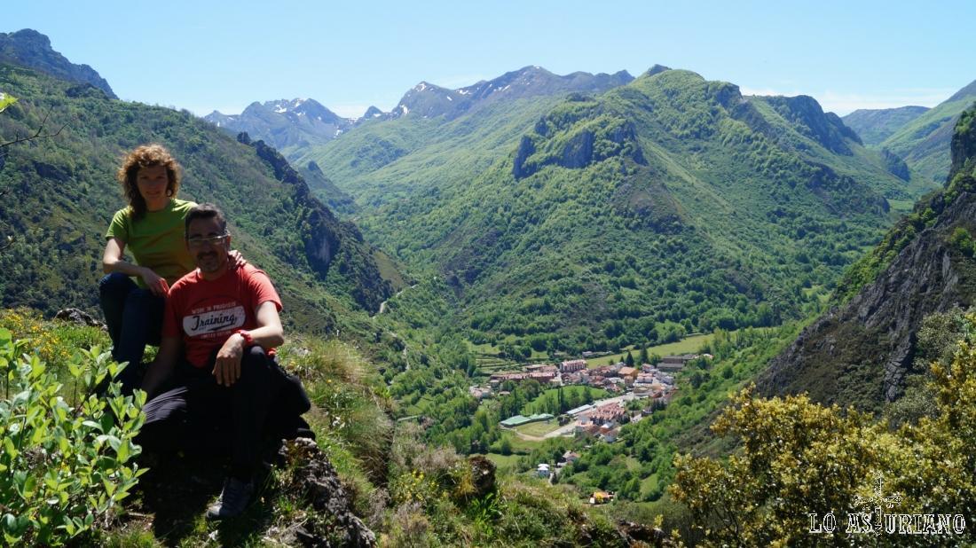 Pola de Somiedo, el valle del río Somiedo a la derecha y enfrente, el valle del río Sousas.