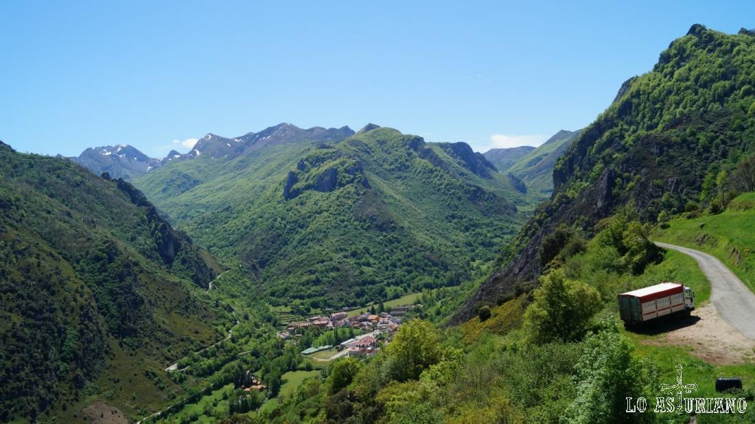Pola de Somiedo y los valles del Somiedo (dcha) y del Sousas (izda).