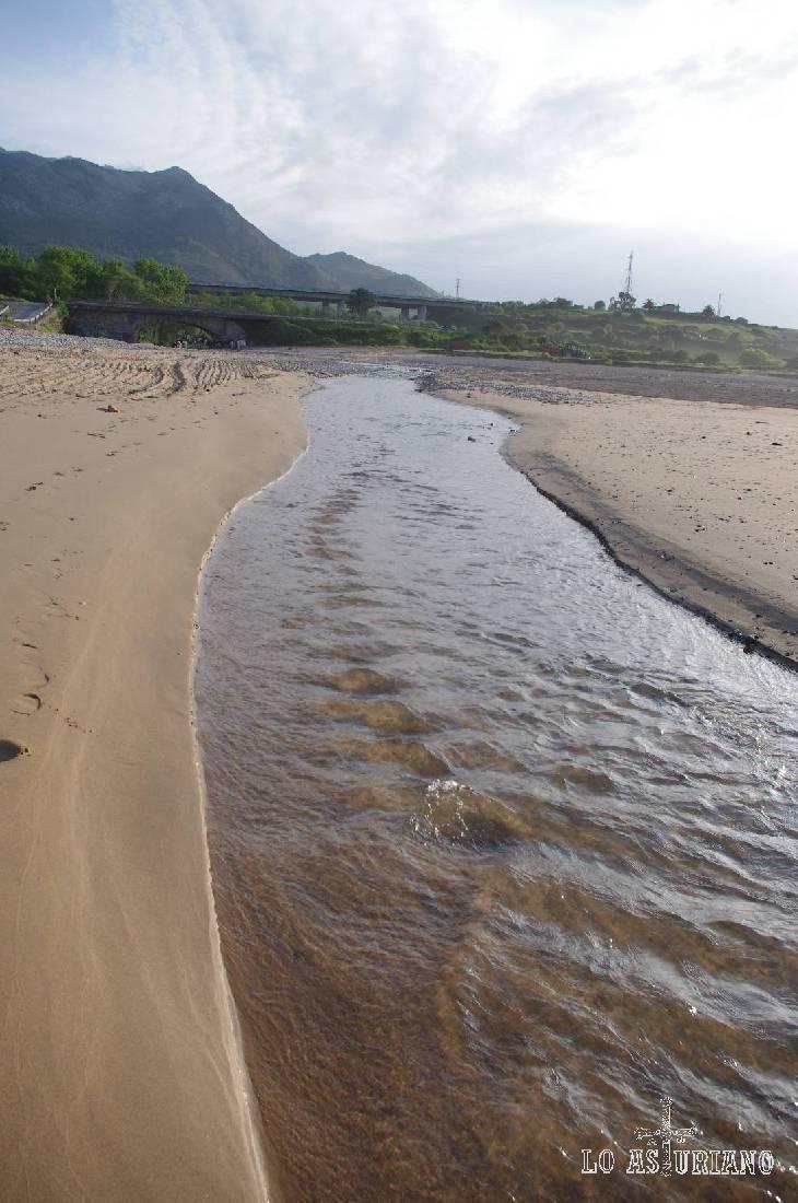 Que aguas más cristalinas, las del río Espasa, también llamado Duesos!; un agua dulce y transparente como no encontrarás, en medio de la playa bañada por el mar. Como para hacer una foto.