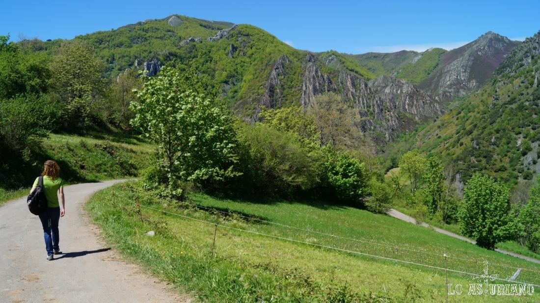 La peña Blanca, en frente; tenemos el ascenso a esta cima en otra bonita ruta en esta web.