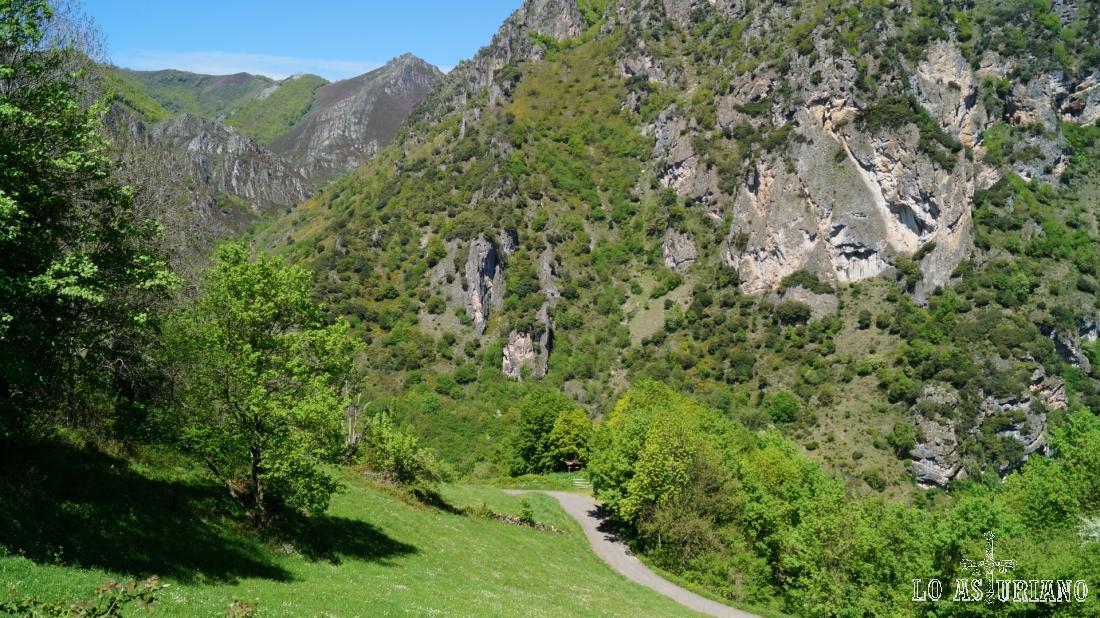 Bajando hacia Aguino, dese donde volveremos a subir hacia Perlunes.