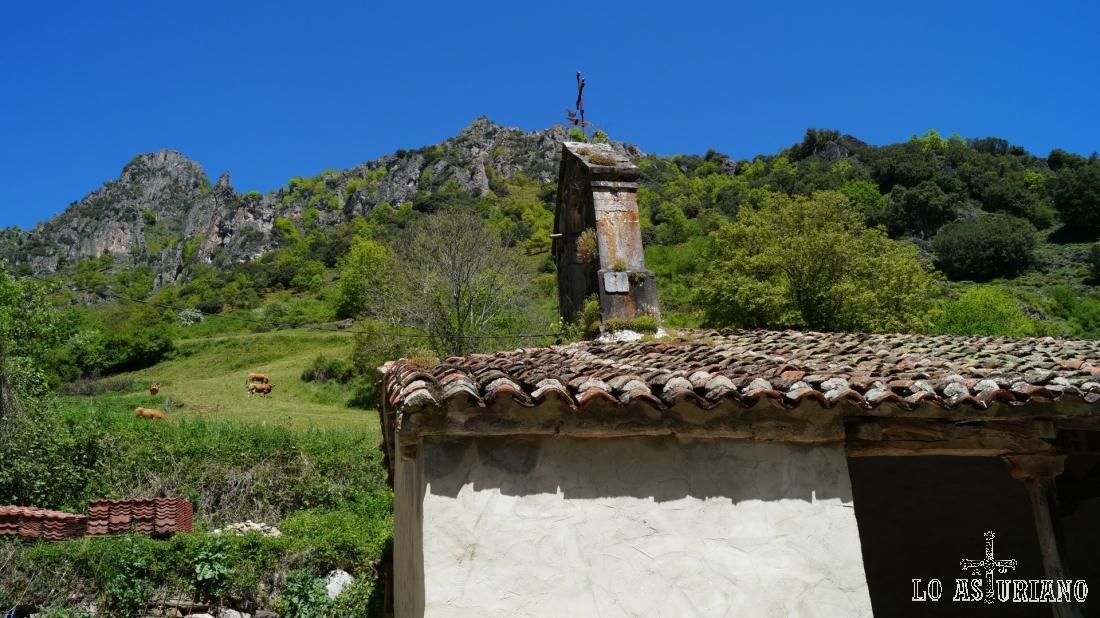La pequeña iglesia de Santiago, rodeada de los preciosos paisajes de Aguino. Concejo de Somiedo.