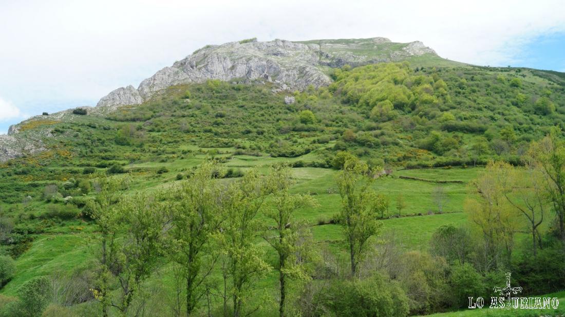 El pico Cerridiel, de 1464 m, tras el cual está Pola de Somiedo, desde donde hemos partido.