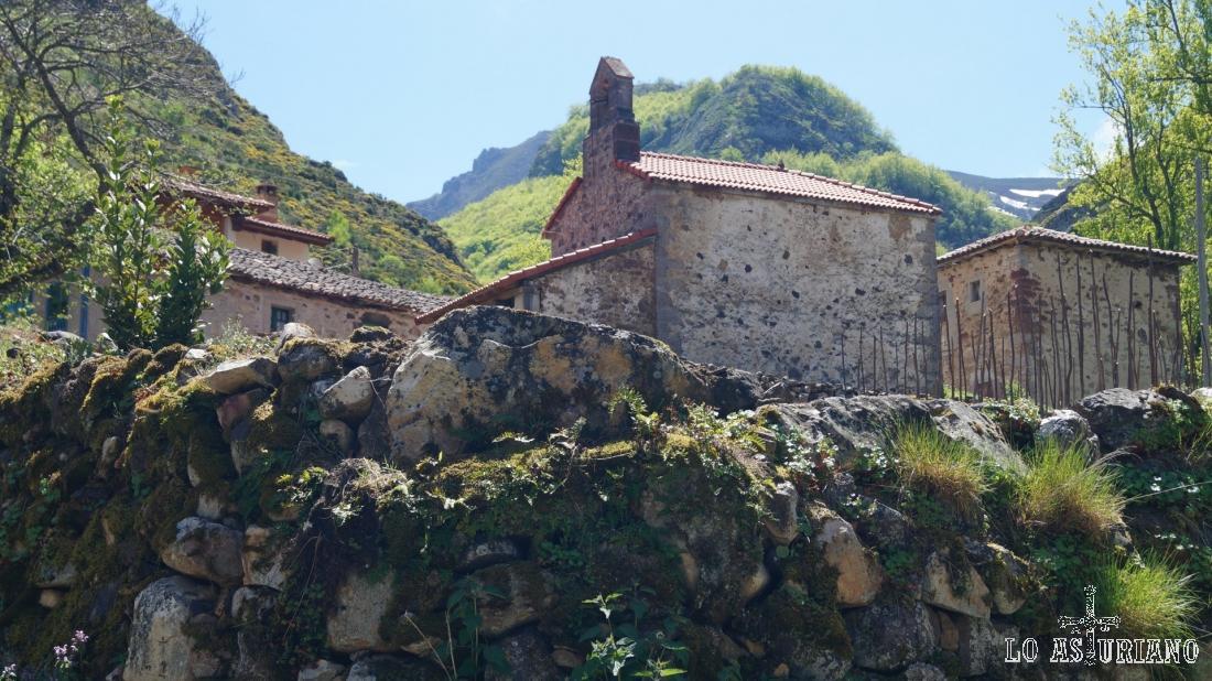 Le ermita de San Juan y San Antonio, en Perlunes, Somiedo, Asturias.
