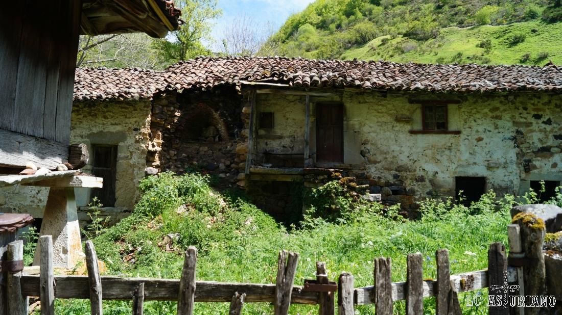 Casas viejísimas en Perlunes, Somiedo.