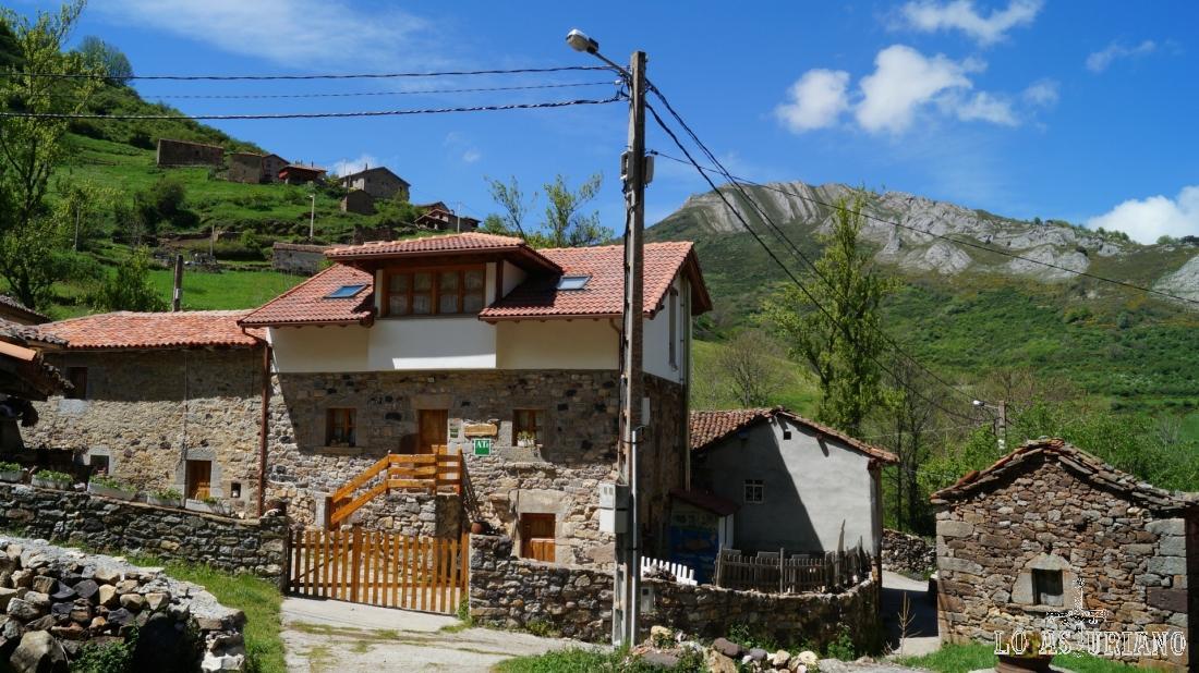Casas de Perlunes y al fondo, la peña Blanca, a la que se sube bien desde aquí o desde Cores, en el valle de Pigüeña.