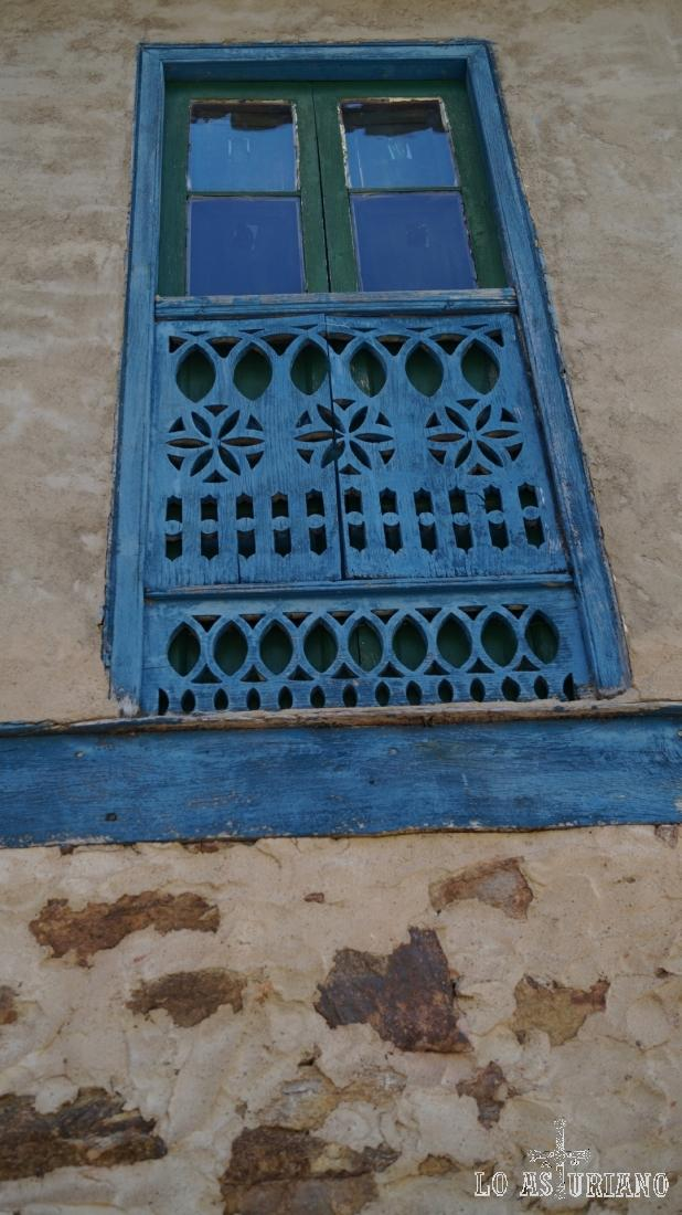 Detalles de un ventanal azul.