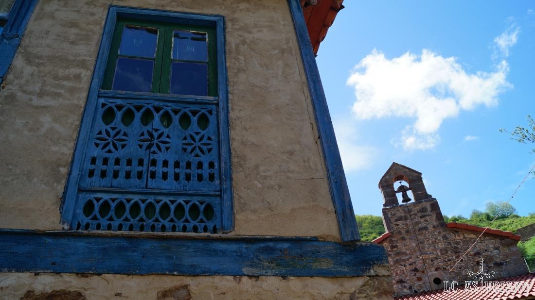 Precioso ventanal y la ermita de San Juan y San Antonio.
